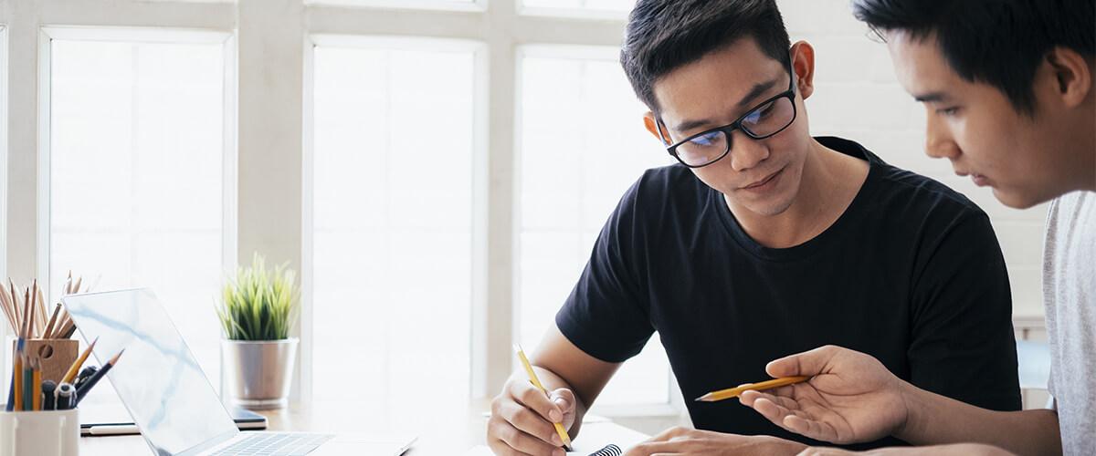 imagem de jovem empreendedor buscando se qualificar